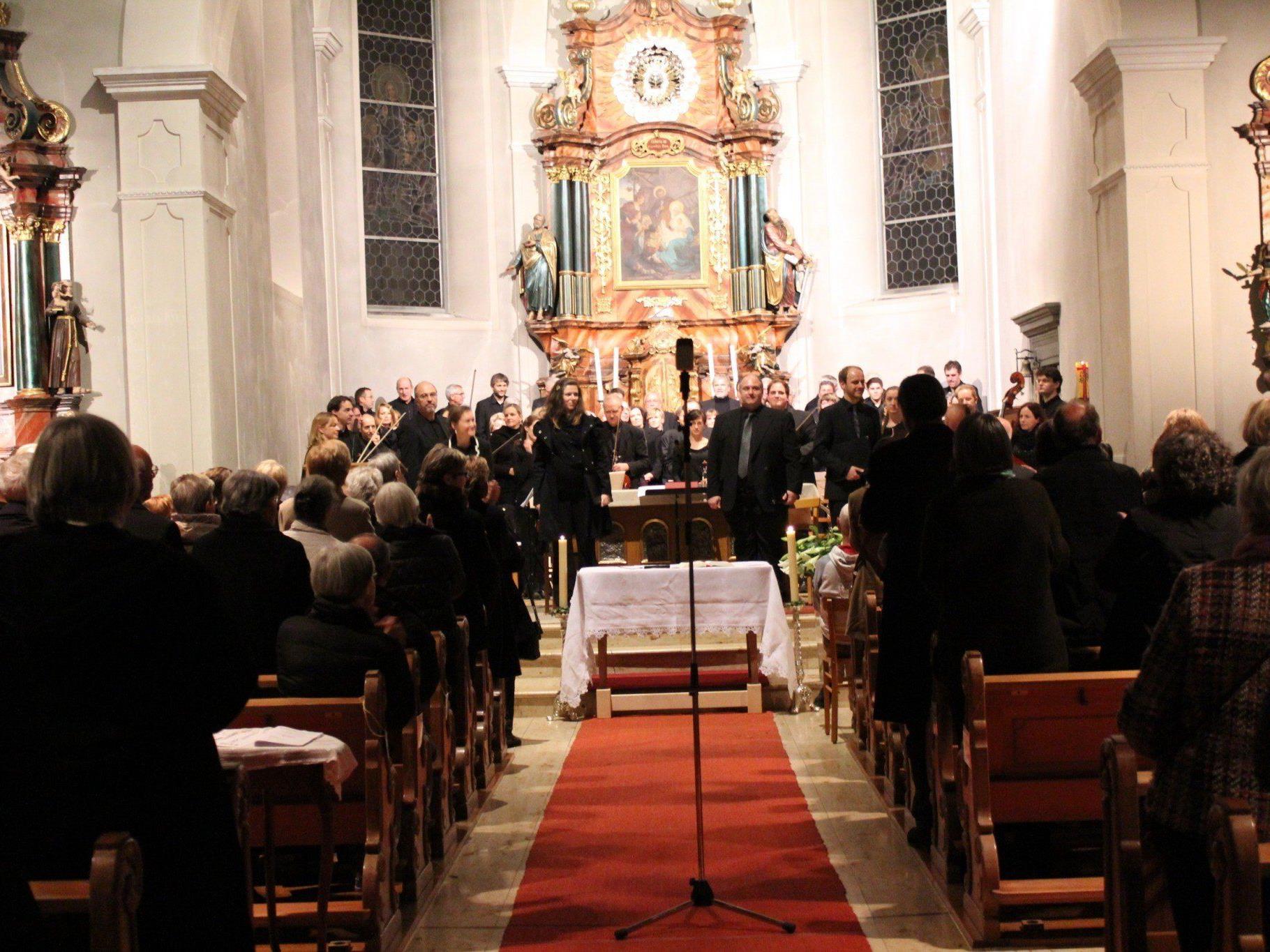 """Die Musikerinnen und Musiker vom """"Projekt Mozart Requiem"""" begeisterten in Bildstein."""