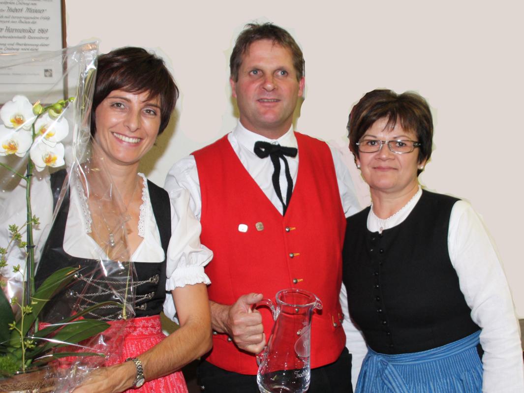 von links: Angelika und Reinhard Schneider mit Obfrau Ulrike Bitschnau