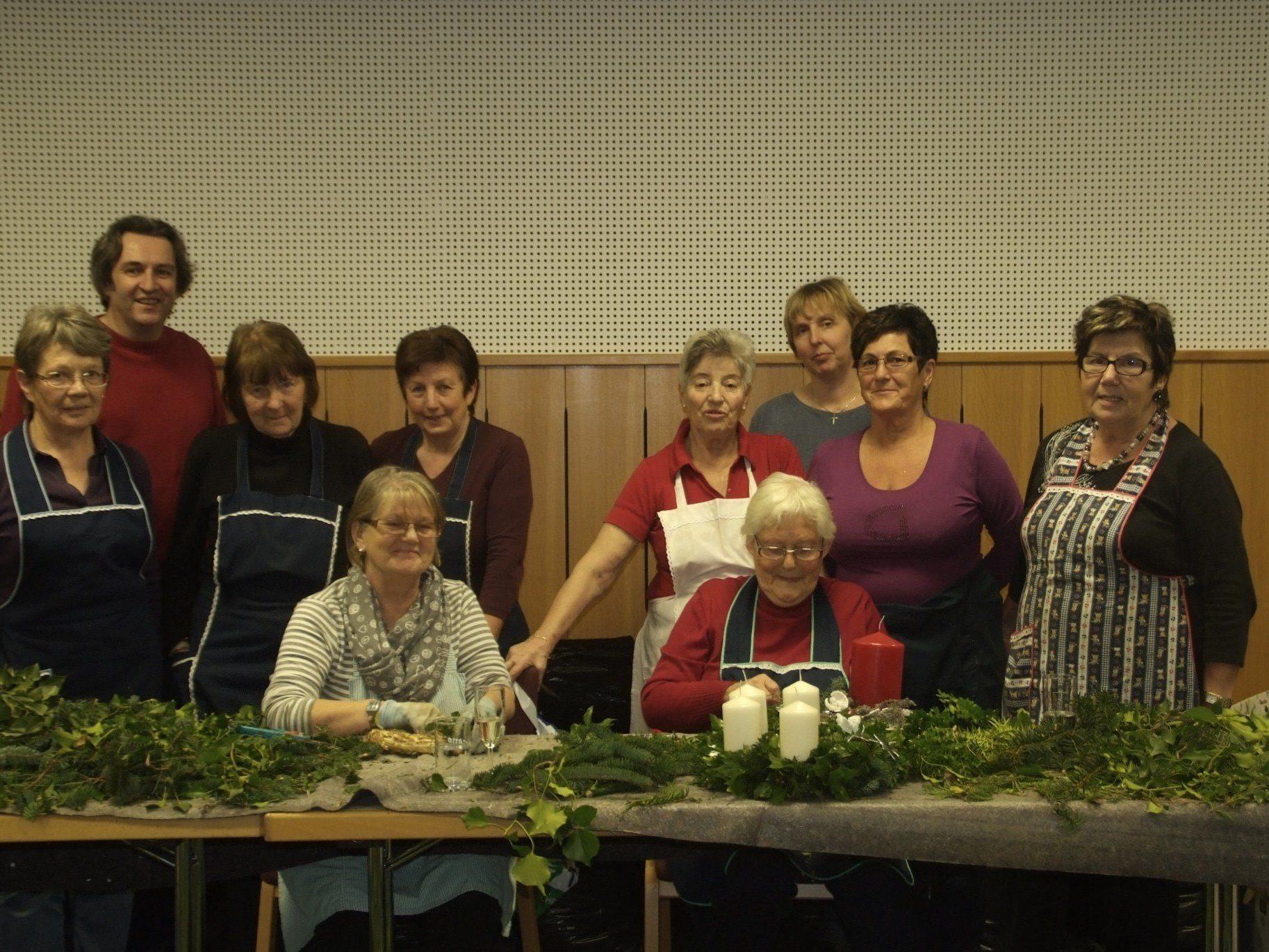 Die Frauenrunde kreiert drei Tage lange Adventkränze zum Verkauf für einen guten Zweck.