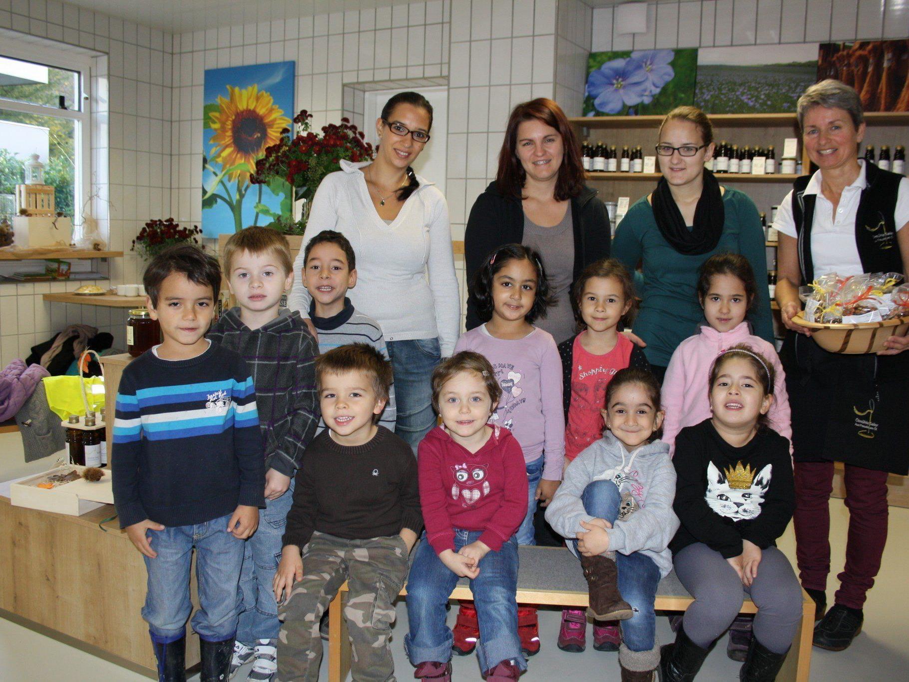 """Die """"Sonnengruppe"""" des Bregenzer Kindergartens Rieden zu Besuch in der neuen """"Ölmühle Sailer"""" in Lochau."""