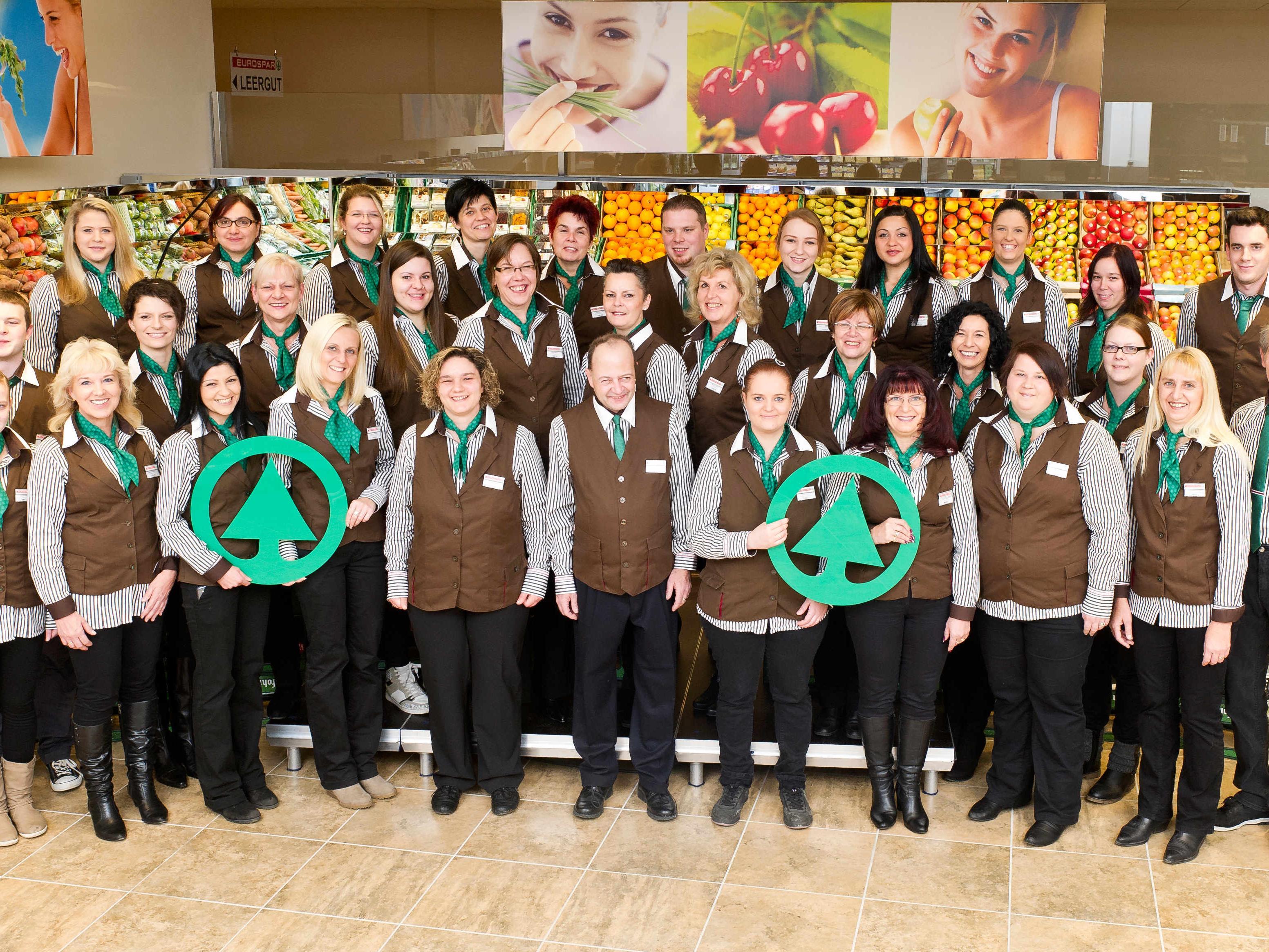 Marktleiter Jürgen Dell-Osbel (Mitte) und sein Team begrüßen ihre Kunden ab Donnerstag, 28.11.2013 wieder in ihrem neu gestalteten Geschäft
