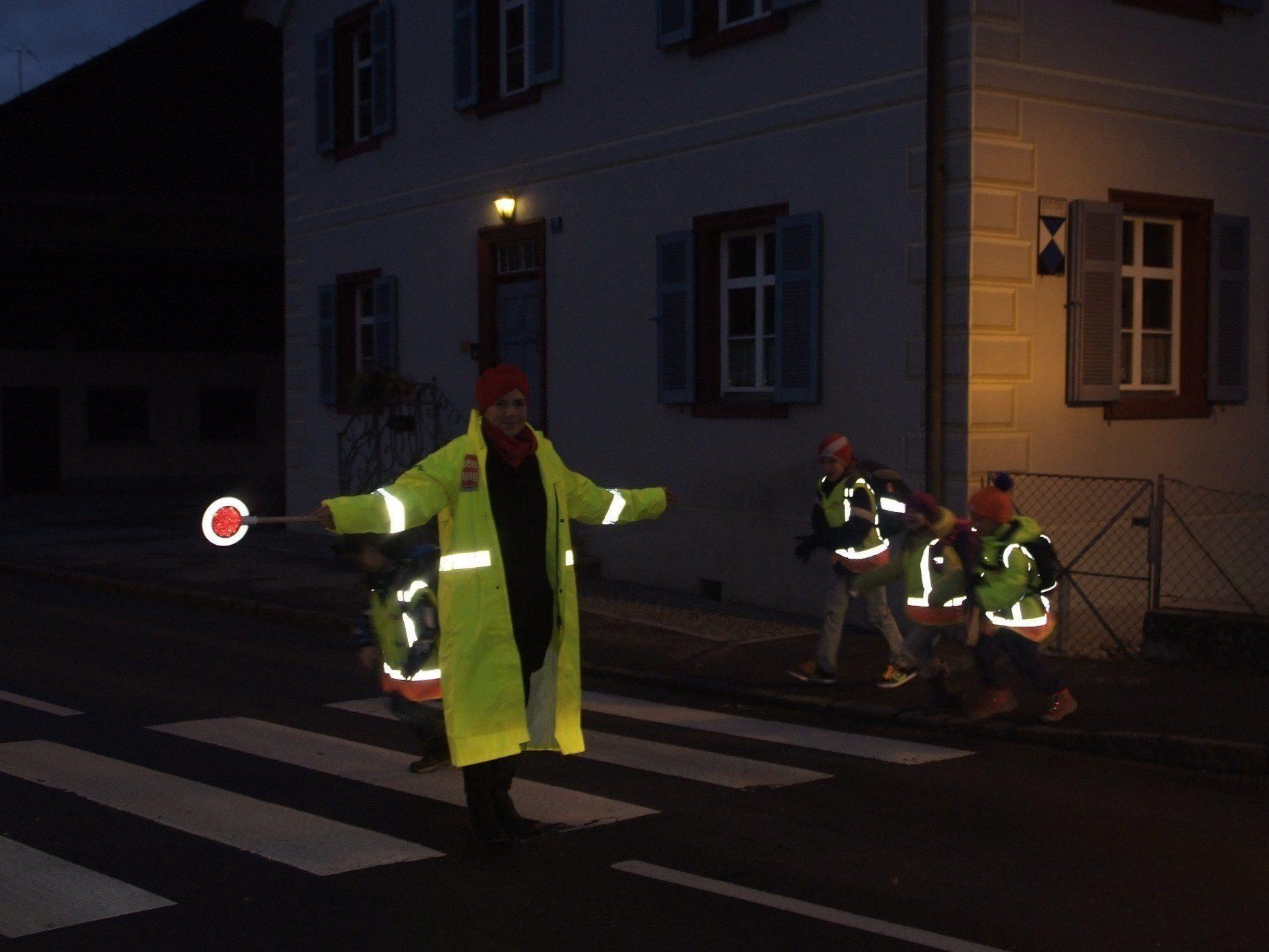Schulwegsicherheit wird an der Bludescher Hauptstraße in den Morgenstunden durch einen Lotsendienst verstärkt.