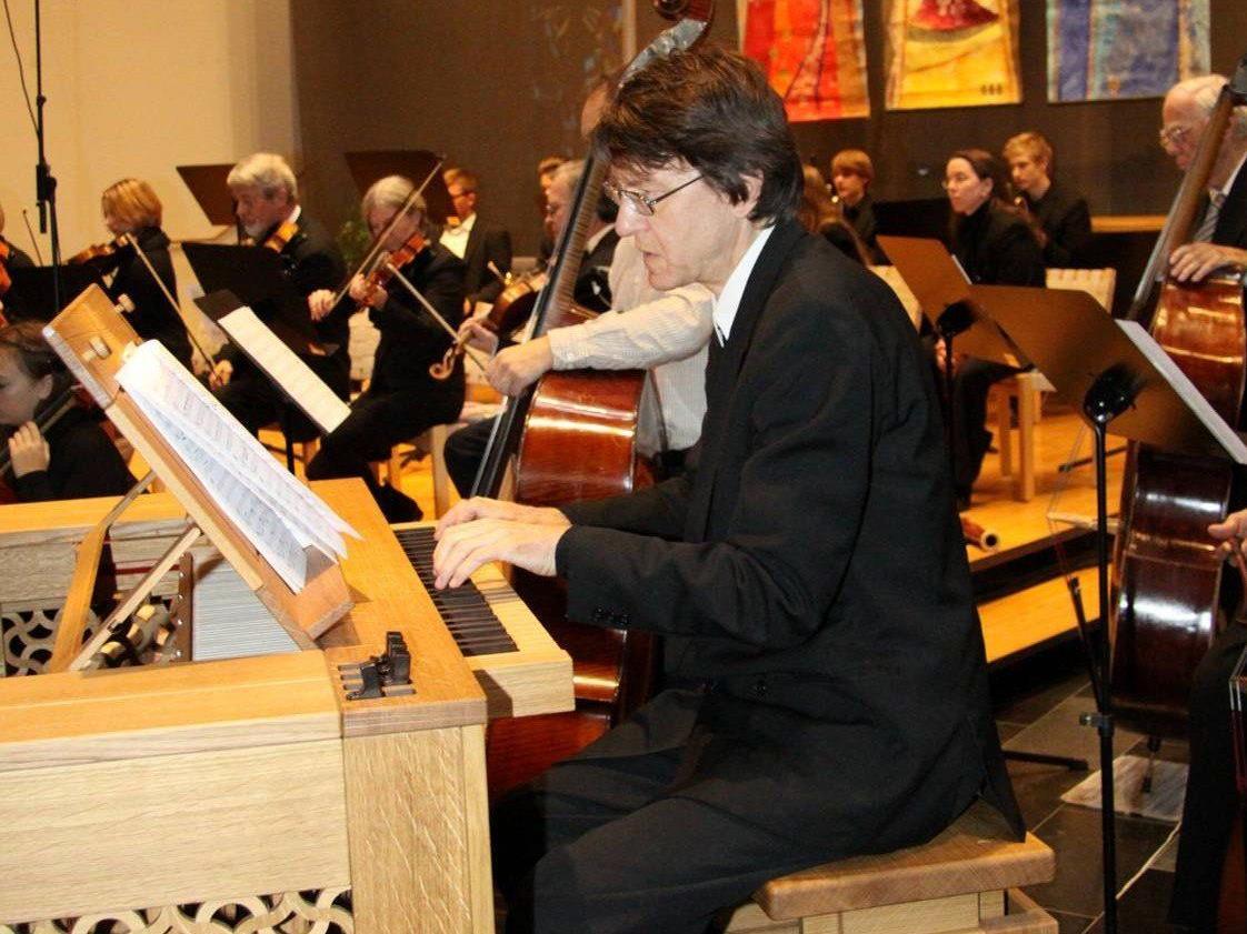 Solist Helmut Binder an der Orgel in der Pfarrkirche Tisis.