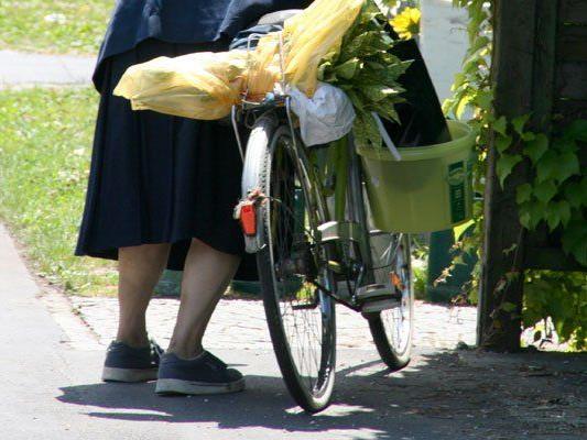 Fahrrad mit Pkw kollidiert: Radfahrerin wird gebeten, sich zu melden.