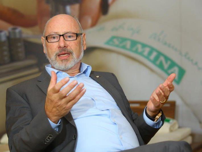 """HCR""""Macher"""" Günther W. Amann musste eine 4:8-Niederlage von Rankweil in Winterthur ansehen."""