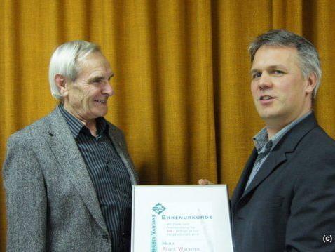Für 50 Jahre Vereinszugehörigkeit wurde Alois Wachter (li) von Obmann Rudigier geehrt.