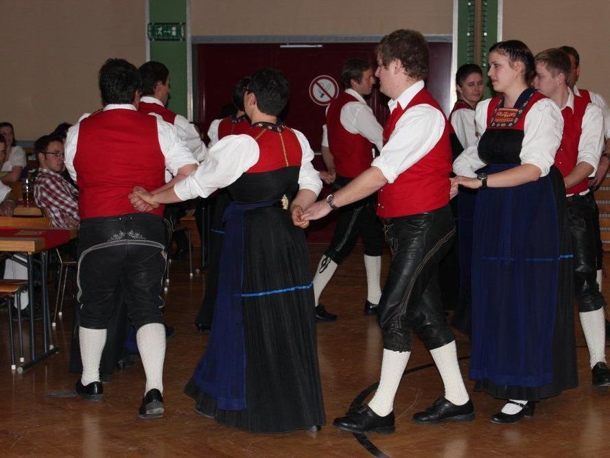 Wer gerne tanzt und an Tradition interessiert ist, ist bei der Trachtengruppe genau richtig.