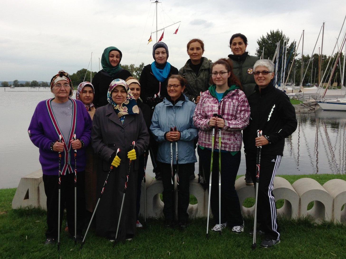 Die Nordic Walking Gruppe mit Frauen mehrerer Nationen.