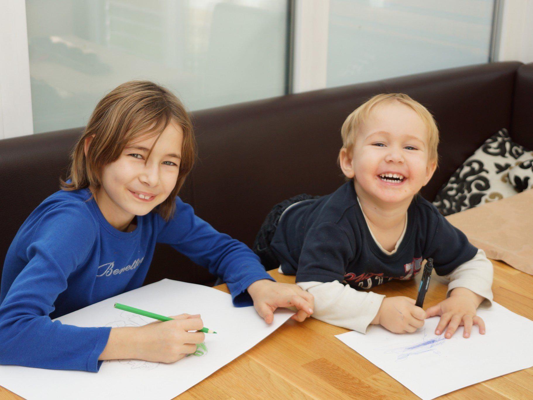 Kinder malen ihre Wünsche ans Christkind
