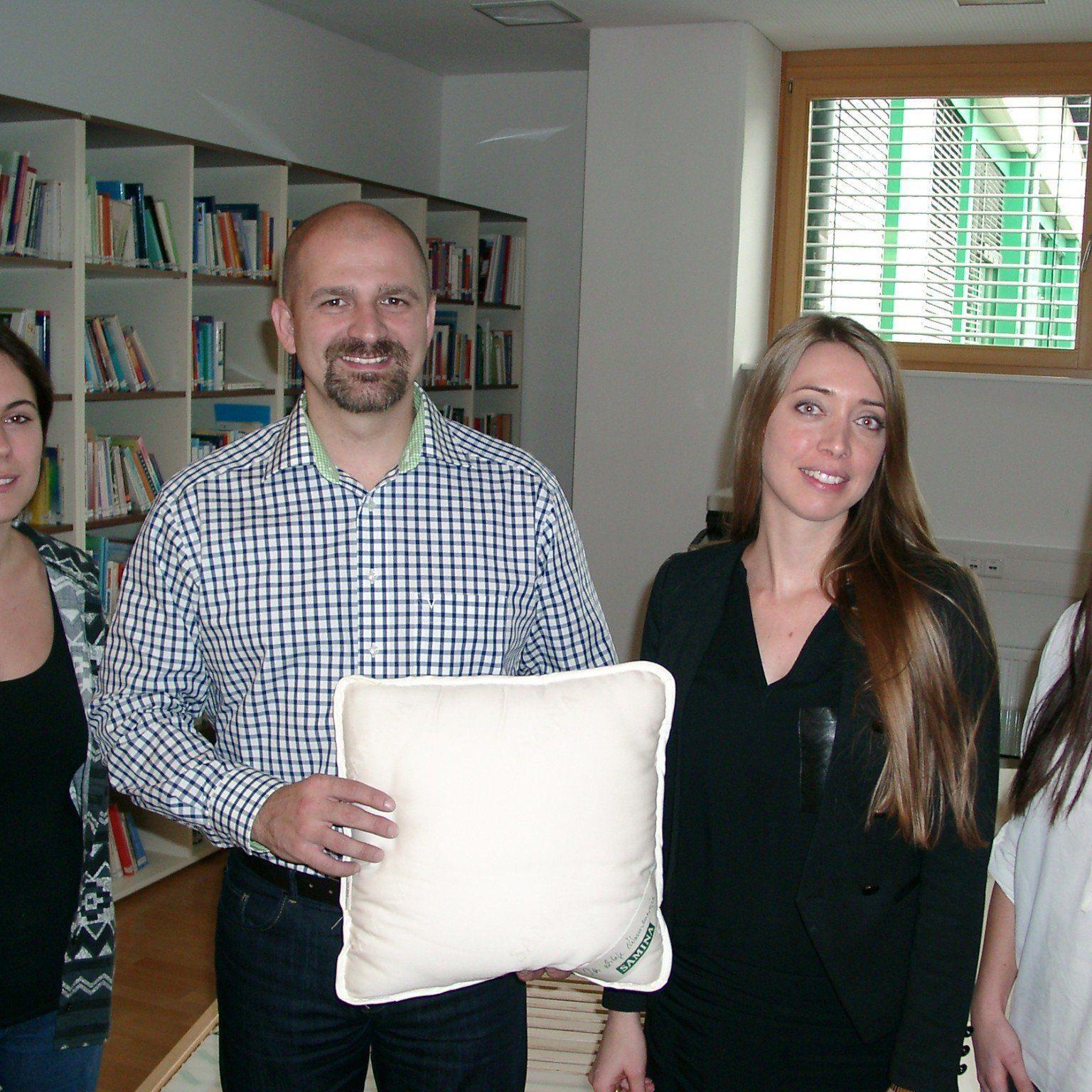 Reiterin Madeleine Lutz, Samina Marketingchefin Theresa Amann und Handballerin Nadja Ströhle wünschten Milos Holan viel Glück in Slowenien.