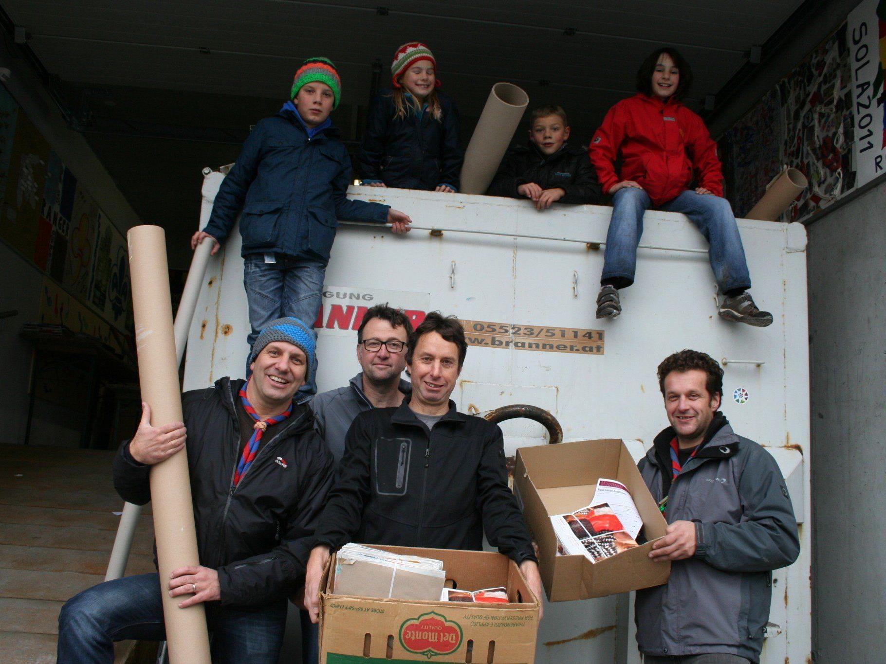 Jeden Samstag stehen freiwillige Helfer bereit, wie beispielsweise Sigi, Wolfgang, Elmar und Harald mit Laurin, Maximilian, Marie und Lisa.