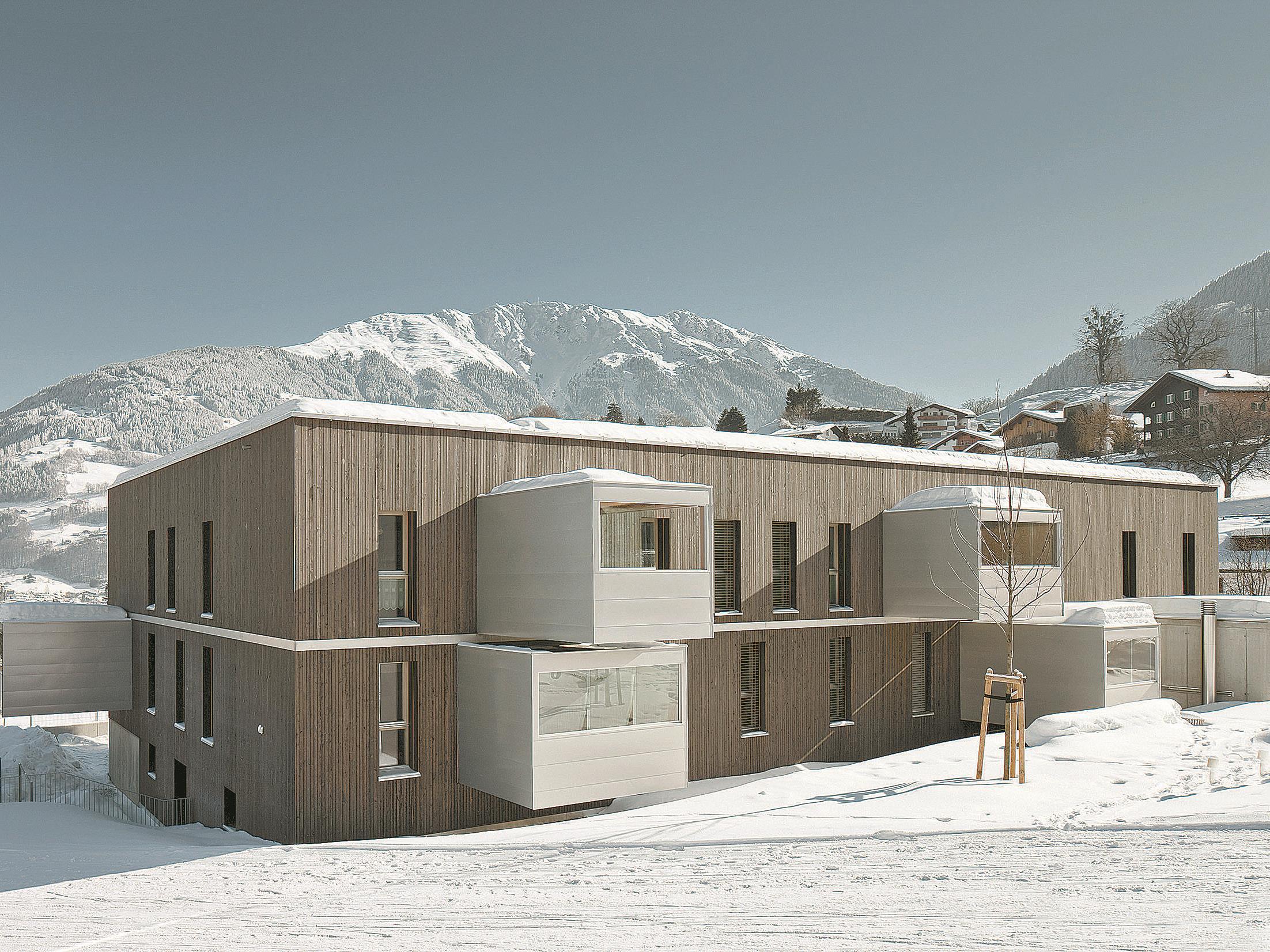 Die Architekten treffen im Erscheinungsbild eine gediegene modernistische Note.