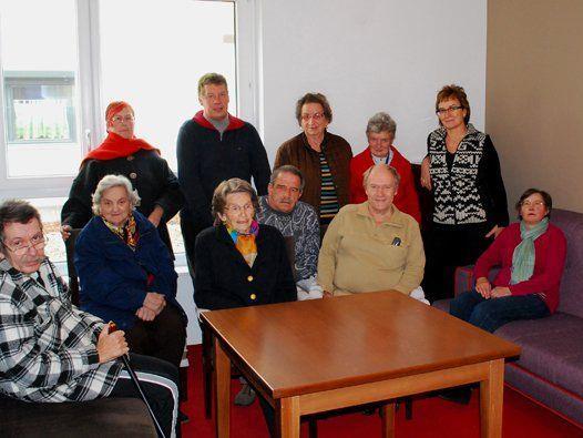 Bewohnerinnen und Bewohner der Senioren-WG Rebengasse mit ihren Pflegerinnen