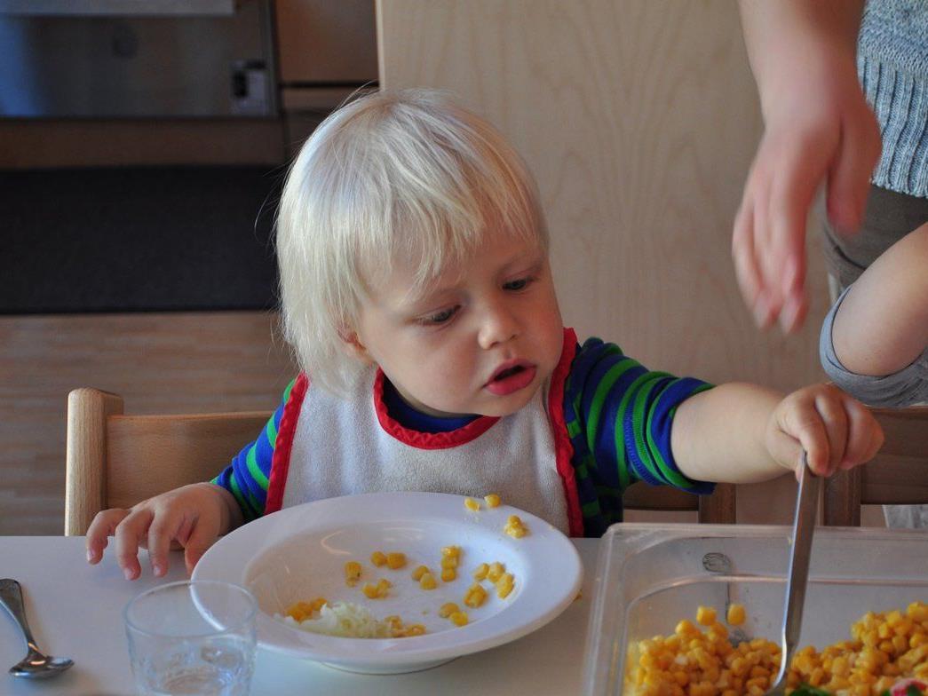 Selbstständiges Schöpfen bei Tisch: So lernen Kinder Portionsgrößen richtig einzuschätzen.