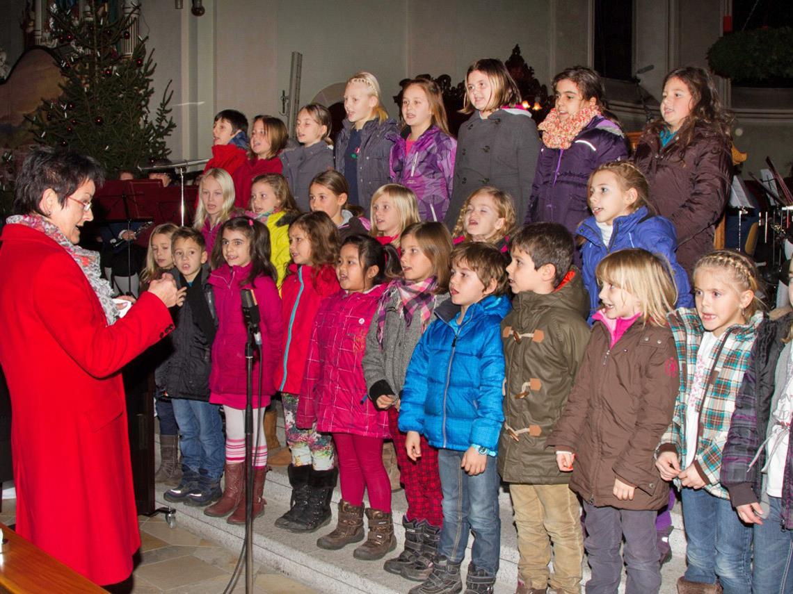 Der Schülerchor der Volksschule Unterdorf  bei seinem Auftritt in der Pfarrkirche