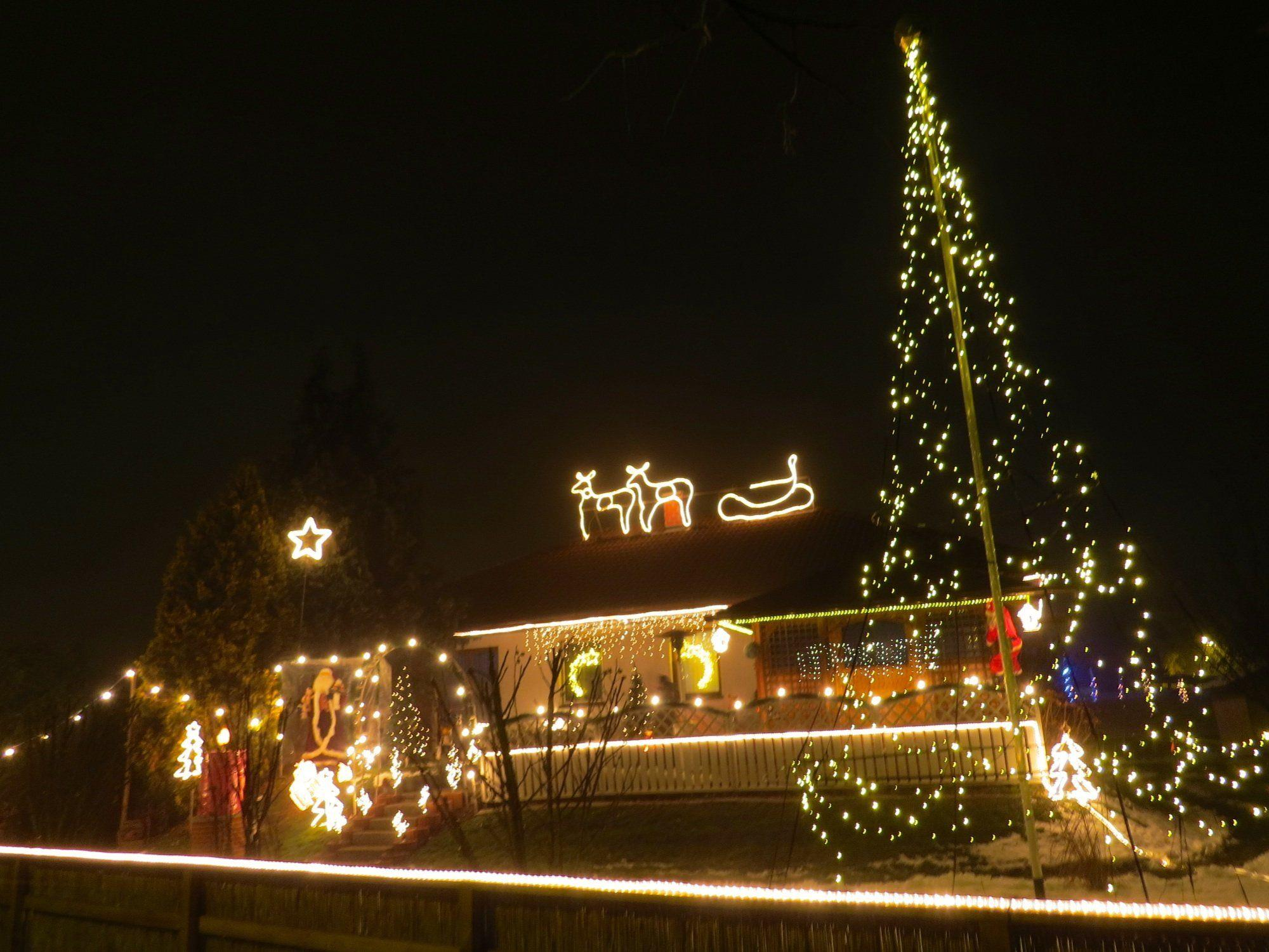 Dutzende Passanten erfreuen sich dieser Tage ob schöner Weihnachtsdekorationen wie dieser