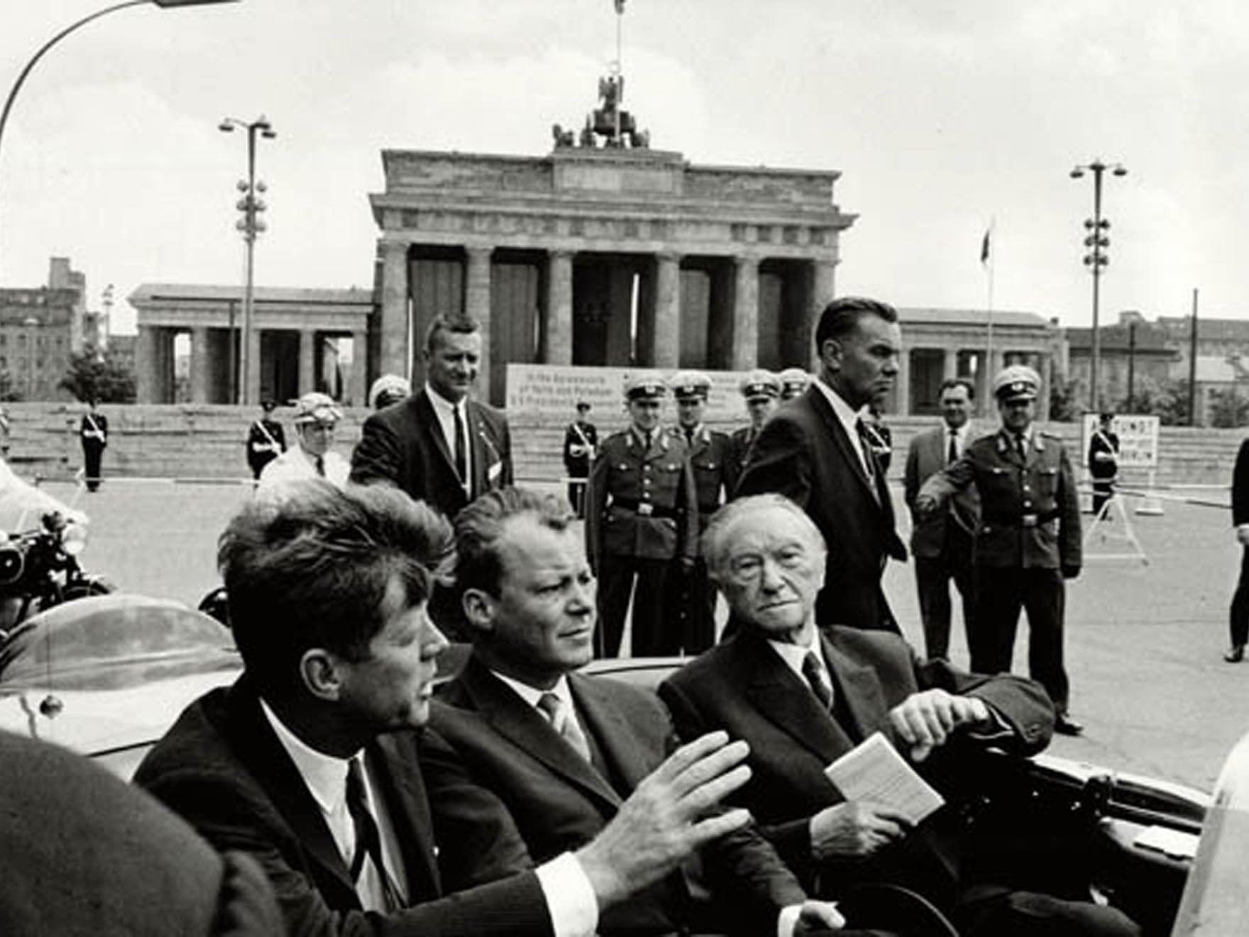 John F. Kennedy mit Willy Brandt und Konrad Adenauer (v.l.)