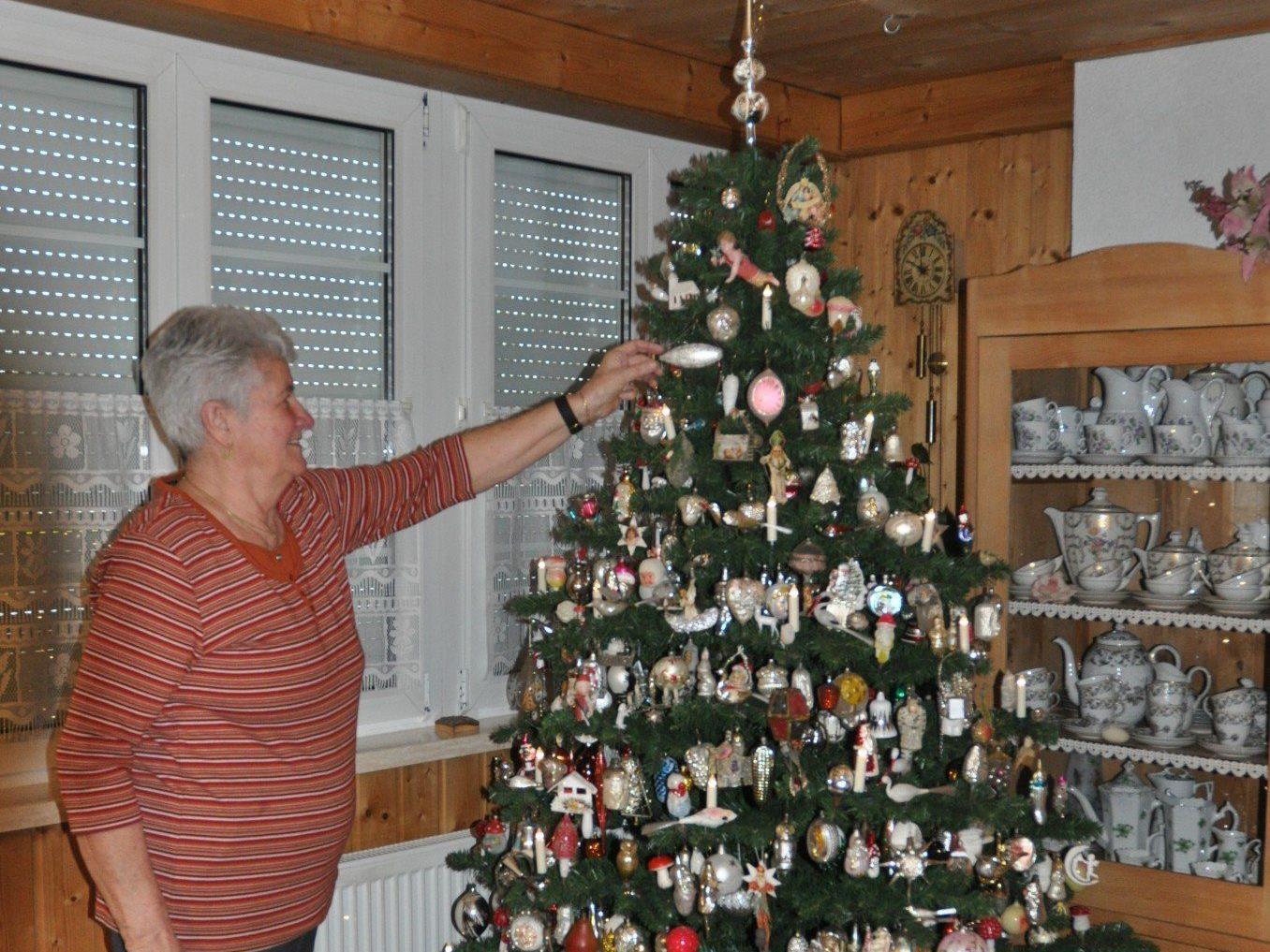 Hildegard Matt beim schmücken ihres tollen Christbaumes.