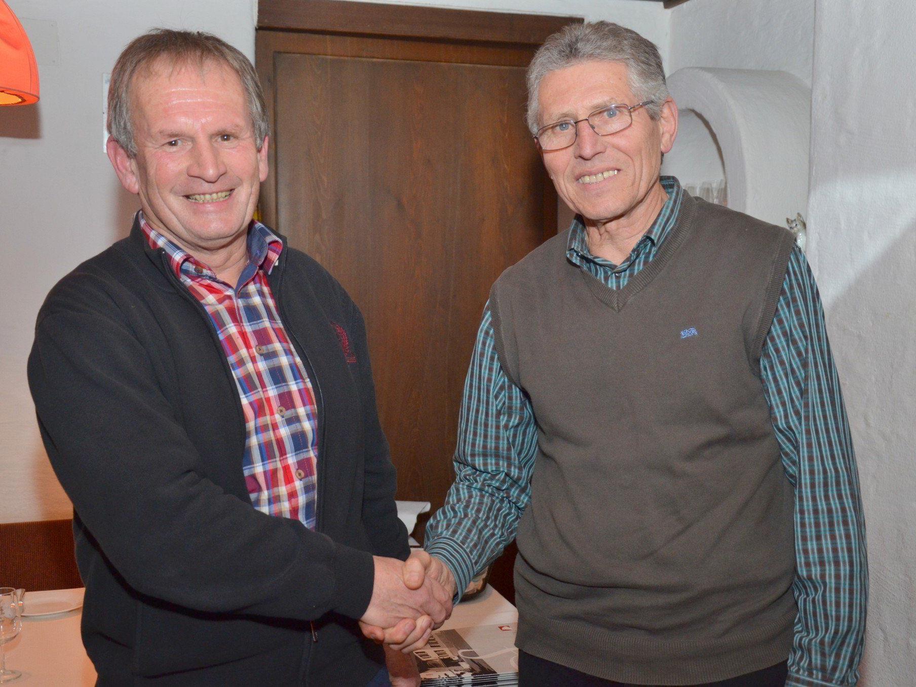 Die Obmänner Peter Engler (li.) und Günter Allgäuer unterzeichneten den Dienstbarkeitsvertrag.