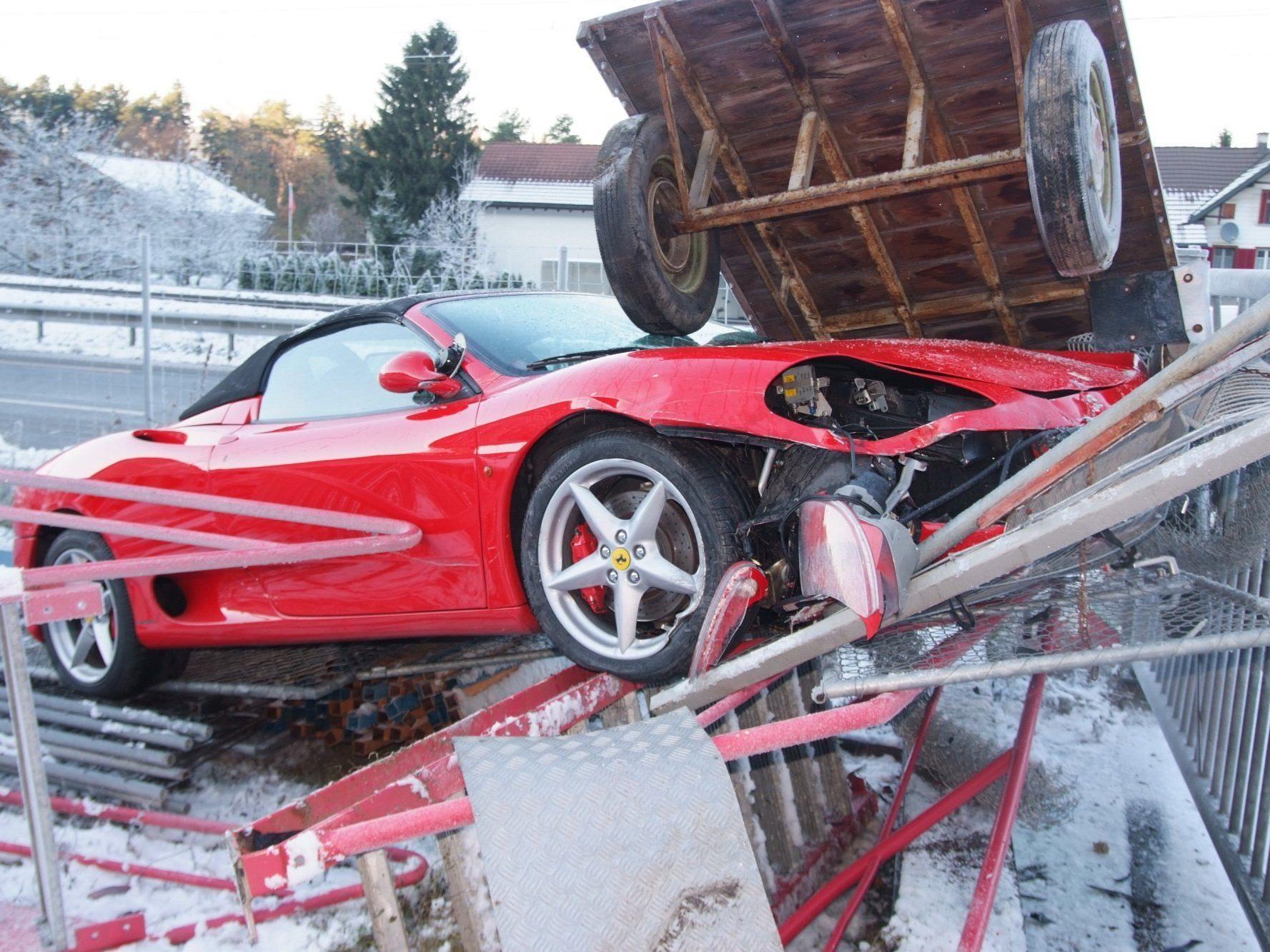 Ferrari durchbricht Zaun.