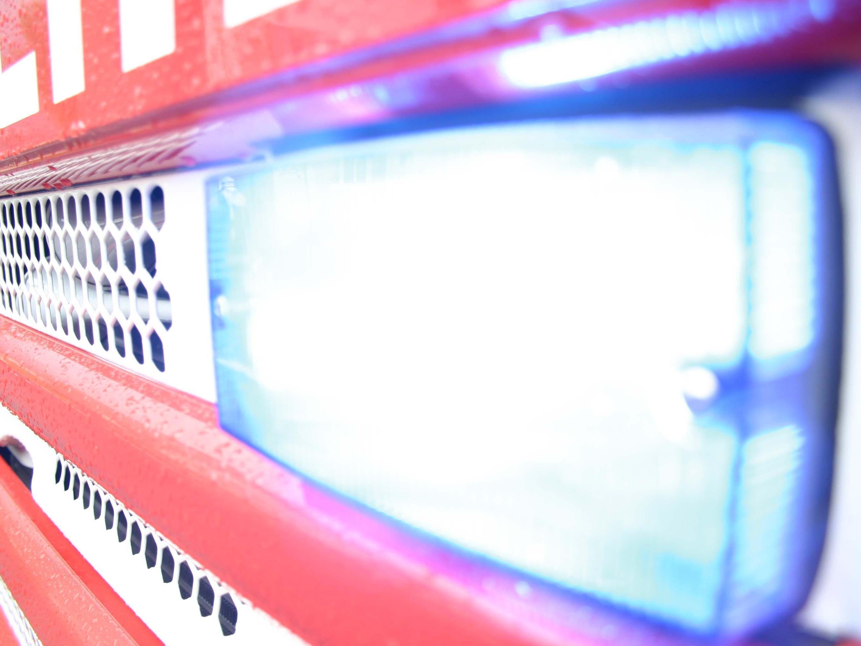 Erst die mit 18 Mann angerückte Feuerwehr konnte den Wiesenbrand unter Kontrolle bringen.