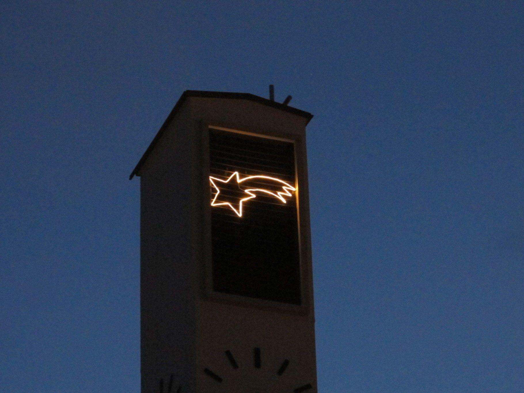 Bereits bei der Ortseinfahrt ist der leuchtende Stern am Kirchturm zu sehen.