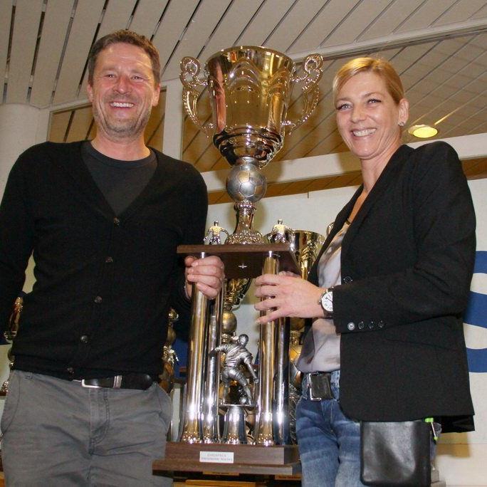 Karin und Peter Meusburger halten den Siegerpokal schon mal in den Händen.