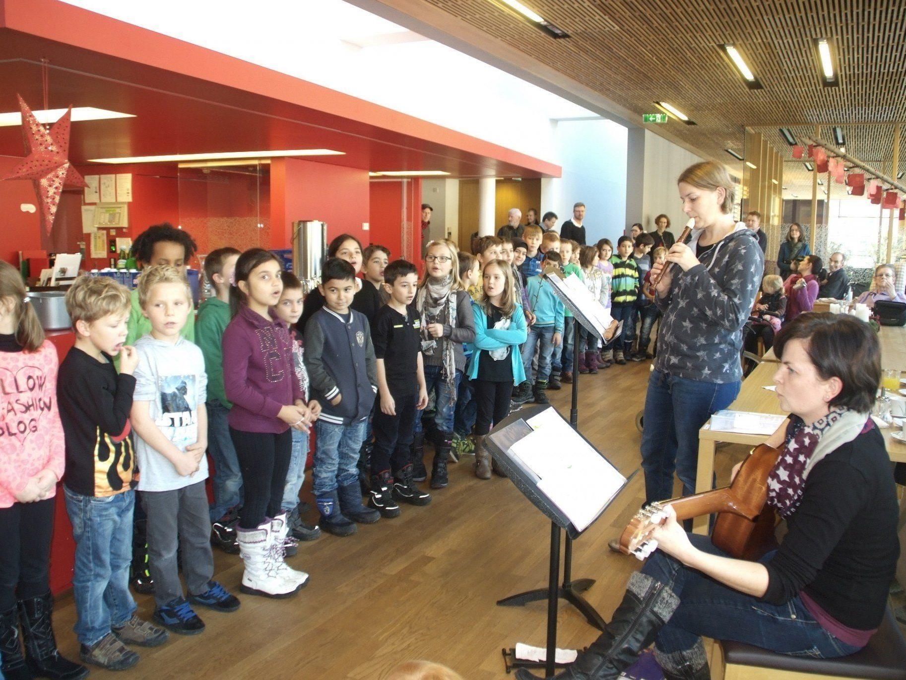 Die Schüler der Musik -Volksschule Bludesch musizieren für die IAP Bewohner in Ludesch.