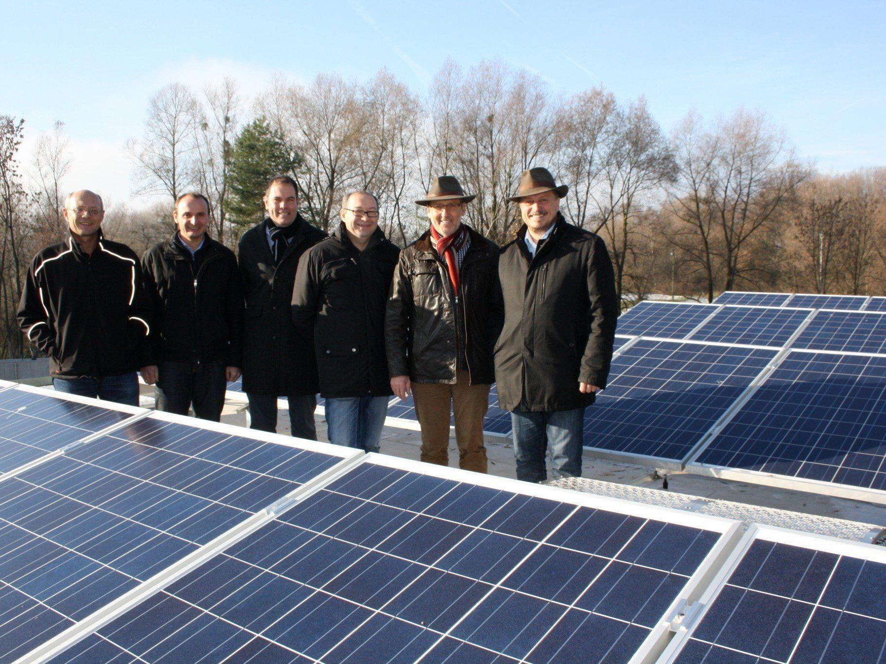 """ARA-Betriebsleiter Arnold Seeberger präsentierte den Bürgermeistern und Energiekoordinator Bertram Schedler das neue öffentliche """"Solarstrom-Kraftwerk""""."""