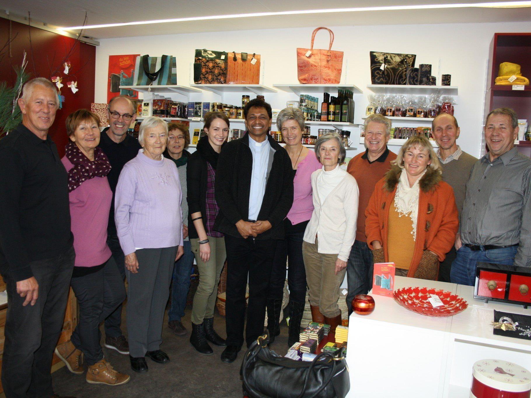 Mit einem Besuch im Weltladen Leiblachtal in Lochau bedankte sich Pater Raja beim gesamten Team persönlich für die großzügige Unterstützung.