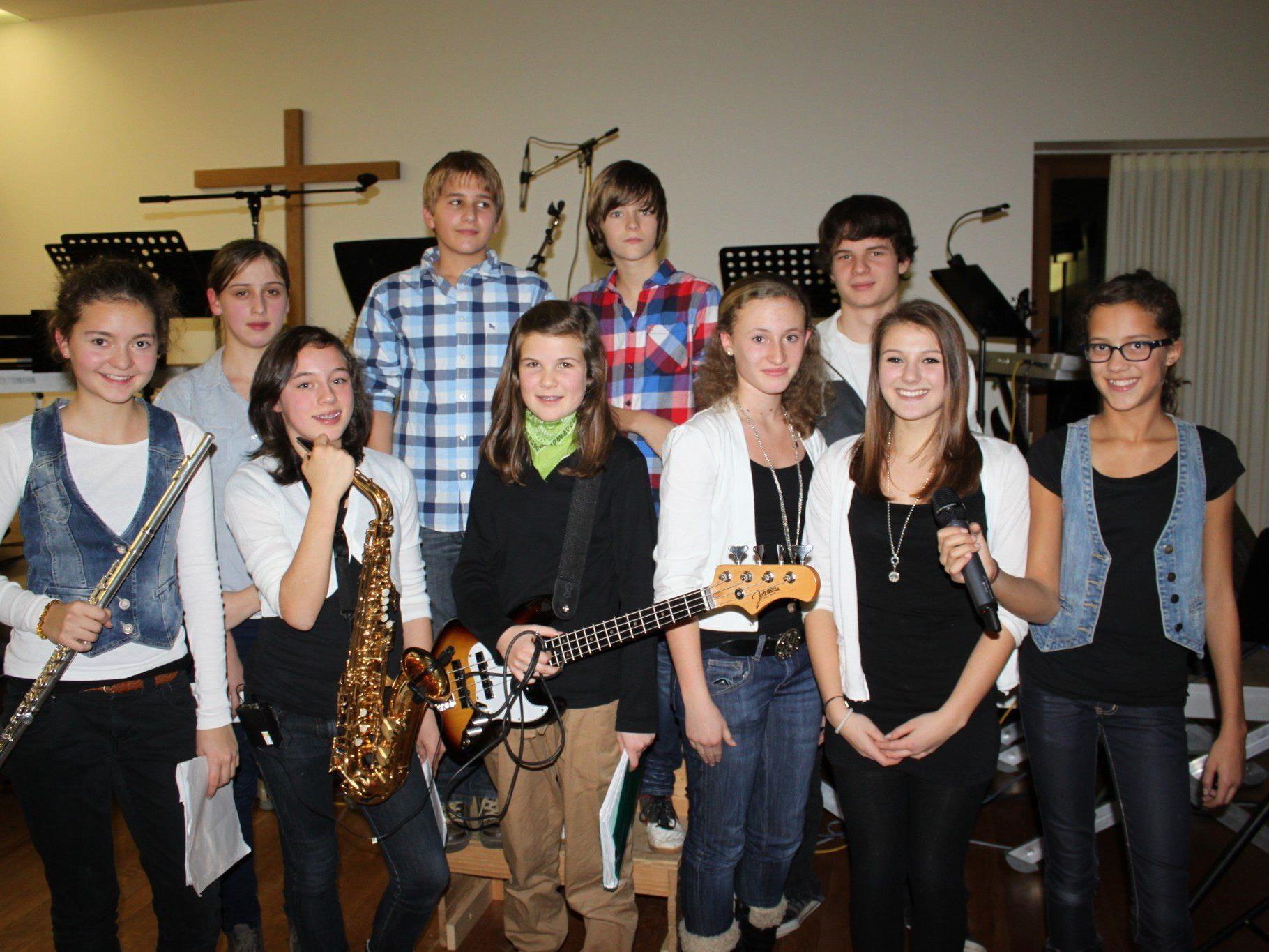 Junge Musikgruppen begeistern mit poppigen und rockigen Darbietungen.