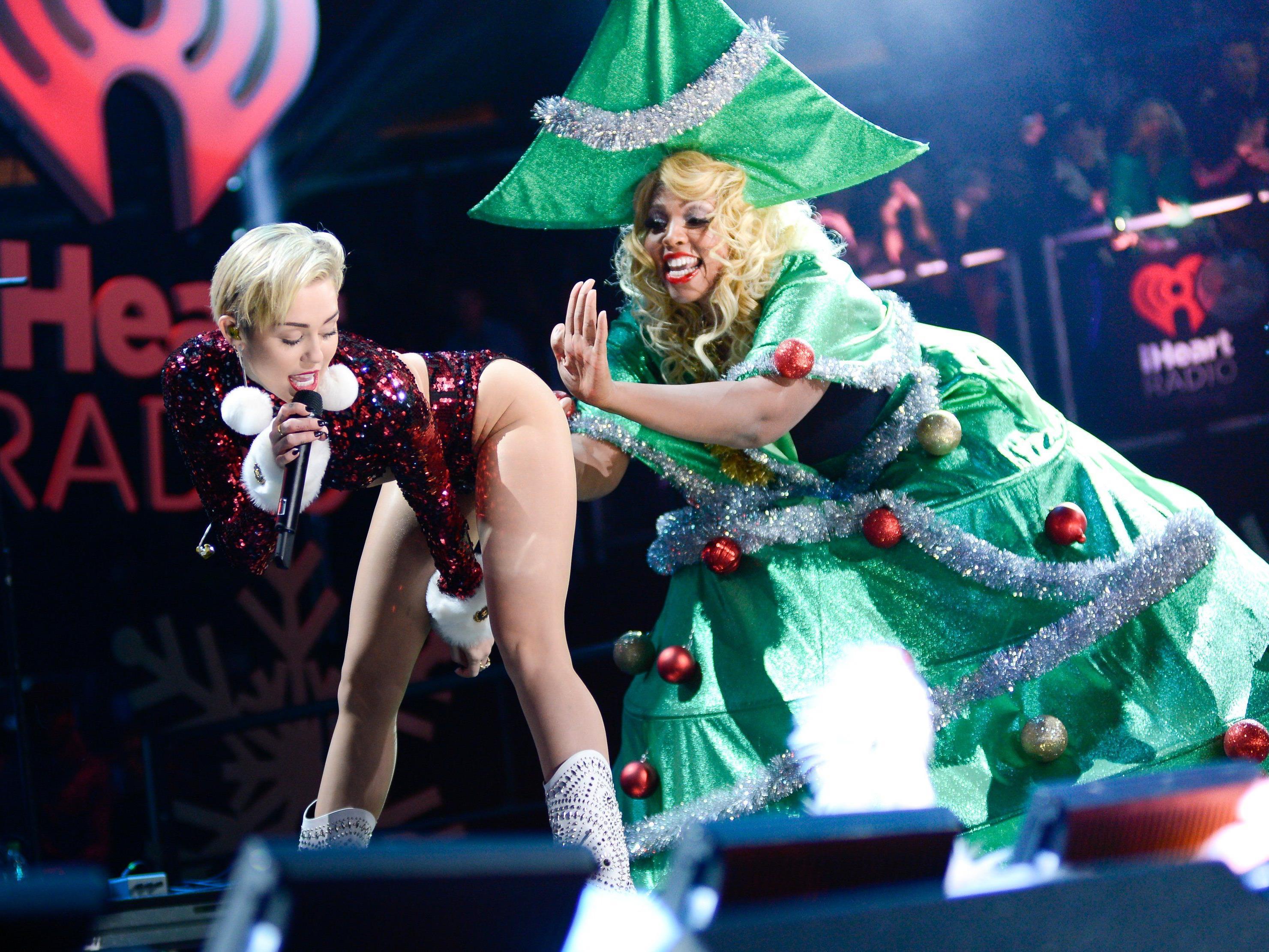 Miley Cyrus schickt via Twitter Weihnachtsgrüße oben ohne.