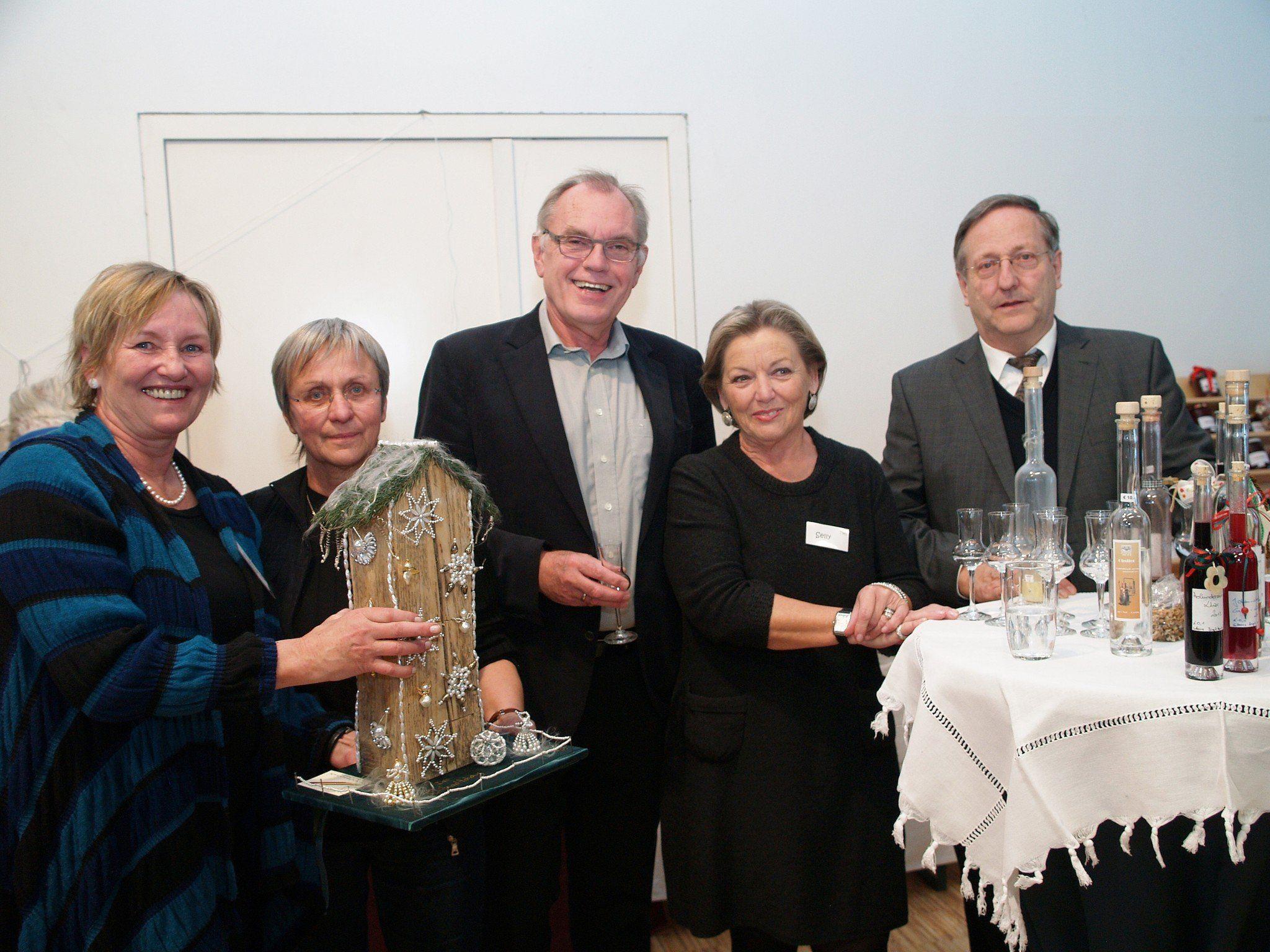 Ingrid Mathis, Ingrid Ionian, Altbürgermeister Hans Kohler, Selly Frick und Pfarrer Wilfried Blum bei der Versteigerung der handgefertigten Unikate.