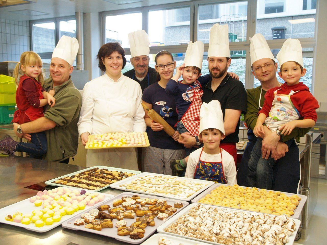 Diplompädagogin Simone Fink und Mitorganisator Karl Stürz mit einigen Teilnehmern beim Keksebacken in der HLW Rankweil.