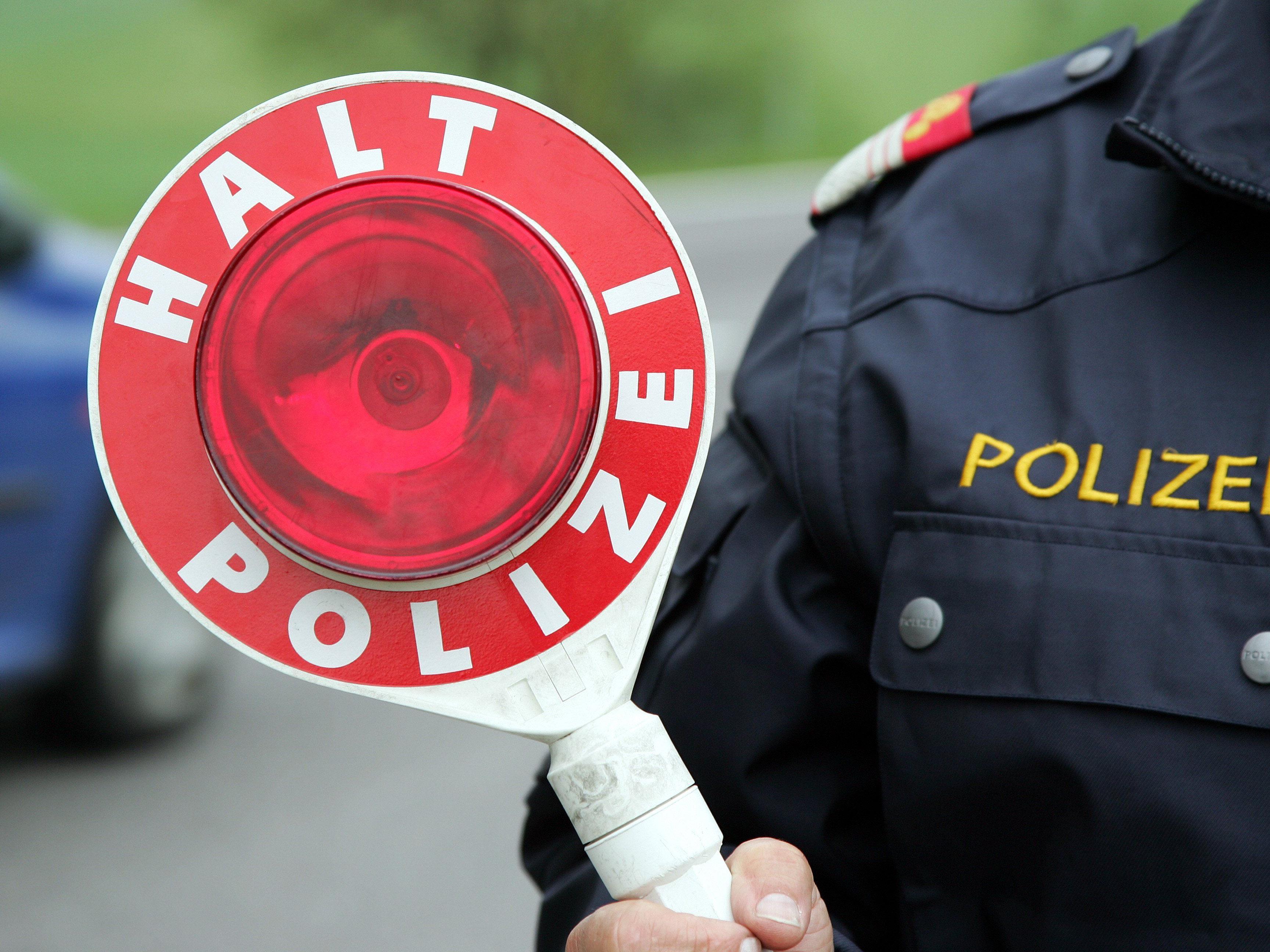 Die Polizei bittet um Hinweise auf den Unfalllenker.