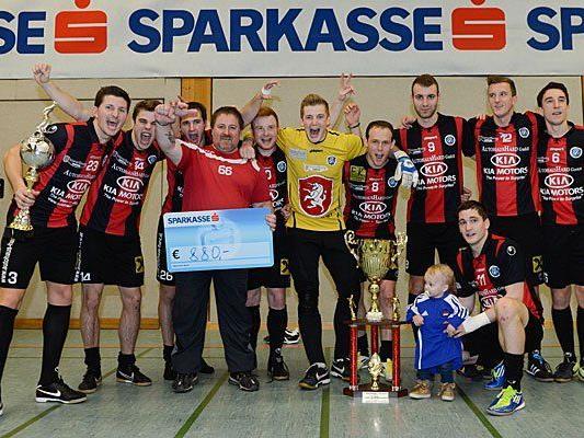 Beim Hallenmasters 2012/2013 freut sich der FC Hard über den Sieg.