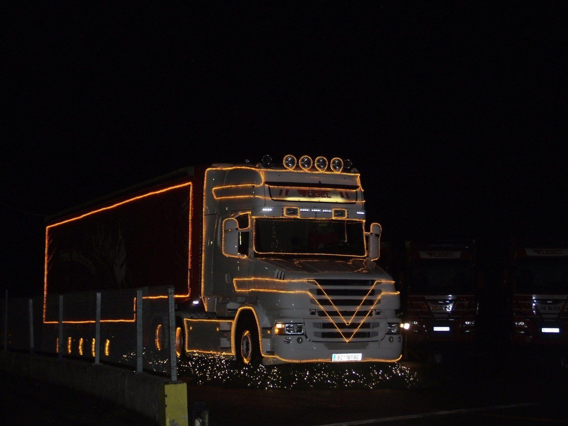 Der beleuchtete Truck ziert in der Adventszeit das Firmengelände.