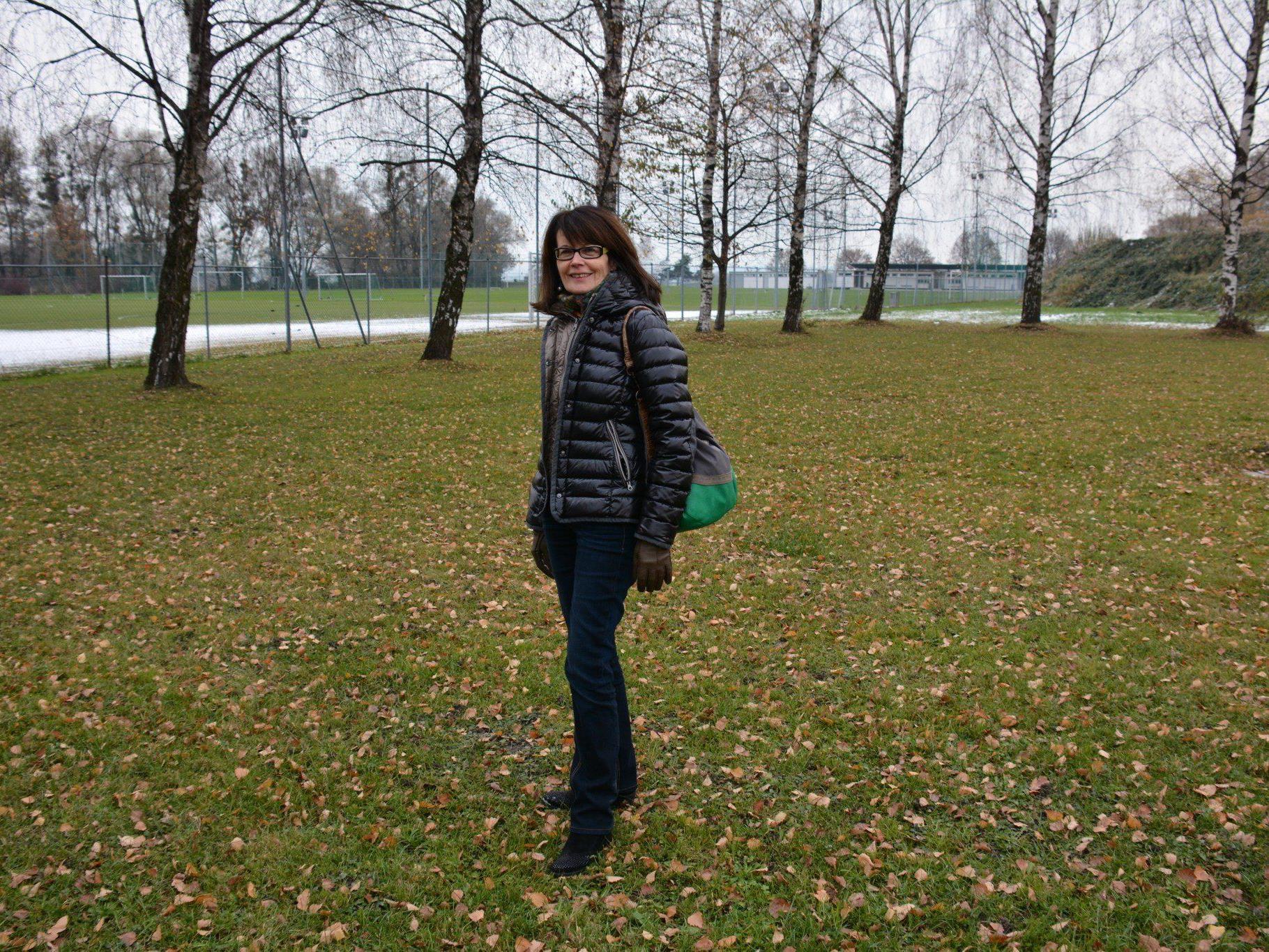 Vizebürgermeisterin und Bildungsreferentin Eva-Maria Mair am möglichen Schulstandort am See.