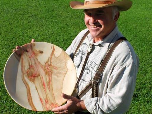 Bei dieser Schale ist schon das Material eine Besonderheit – Holz eines Mehlbirnenbaums.