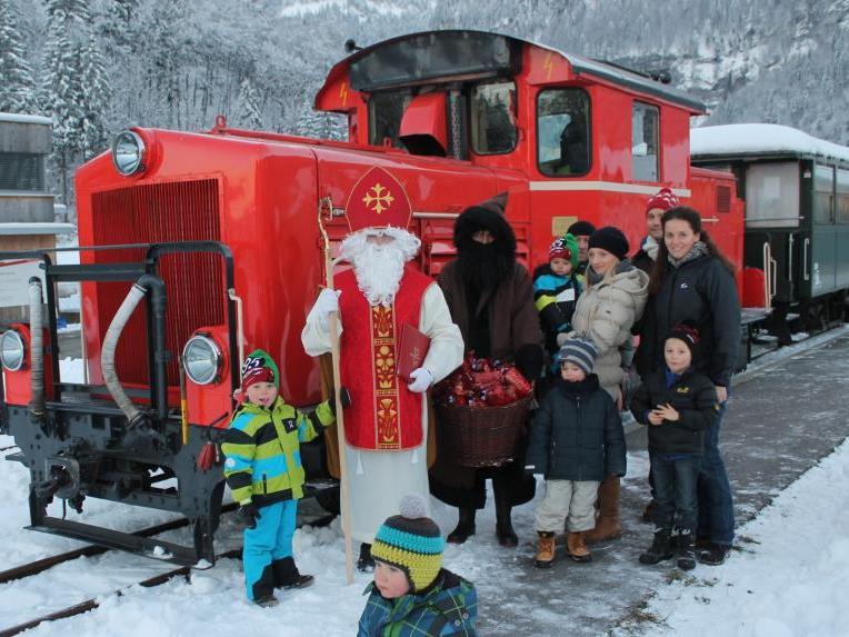 Im bilderbuch-schönen Winterwald bereitet der Bähnle-Nikolaus dieser Tage den Kindern eine Riesenfreude.