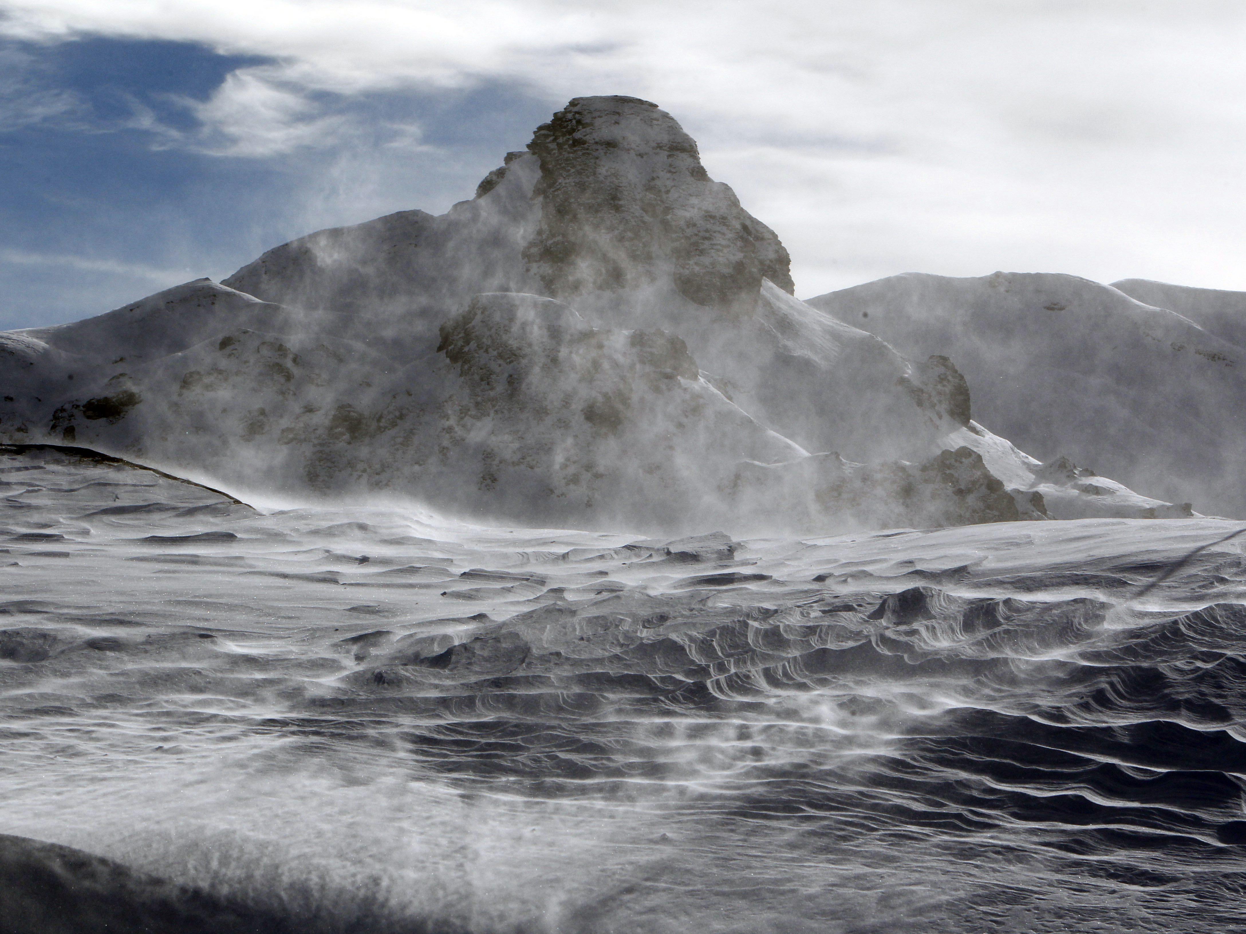 Die starke Föhnströmung wird durch ein ausgesprochen starkes Druckgefälle zwischen der Alpensüd- und Alpennordseite verursacht.