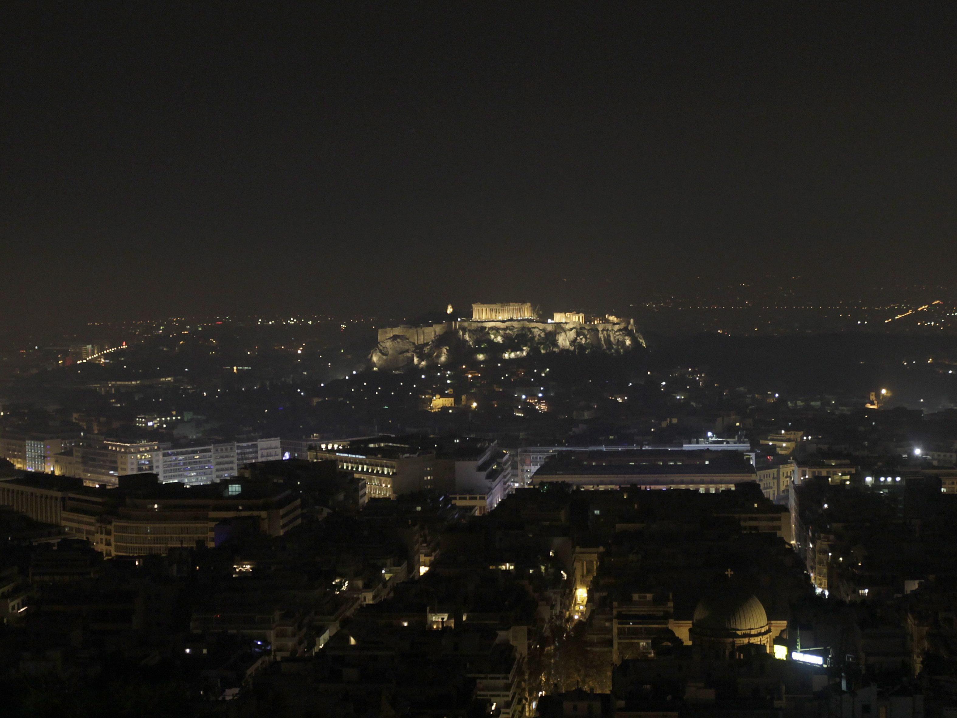 Auch in der Nacht liegt ein Smog-Schleier über Athen.