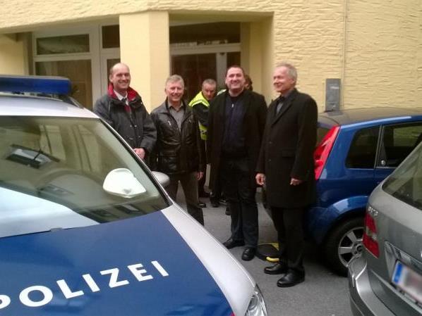 Kommandanten der Polizeiinspektion Bregenz und der städtischen Sicherheitswache konnten den flüchtenden Tatverdächtigen in der Kirchstraße stellen