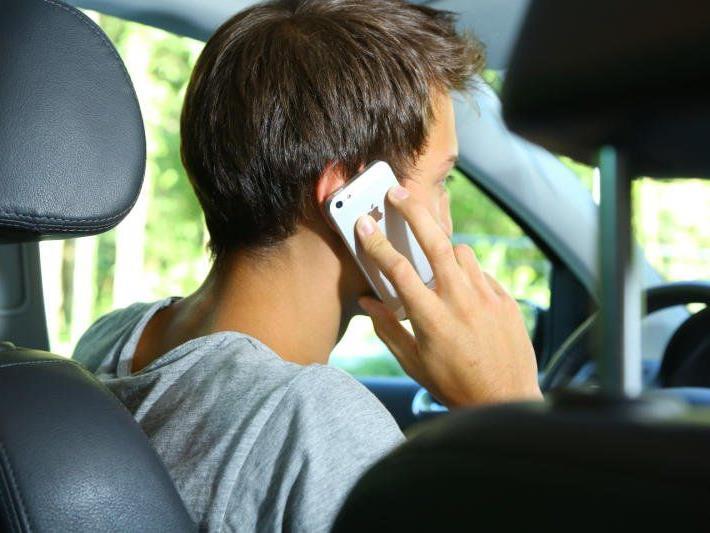 Telefonierende Autofahrer reagieren so schlecht wie Alkolenker mit 0,8 Promille