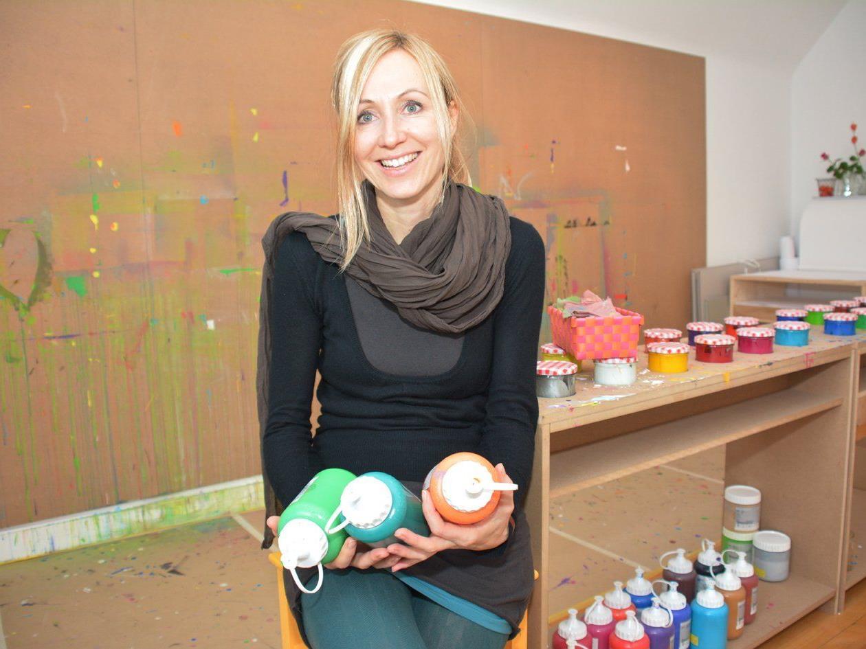 Manuela Malin bietet im Dachgeschoss des Seezentrums Raum zum freien Malen.