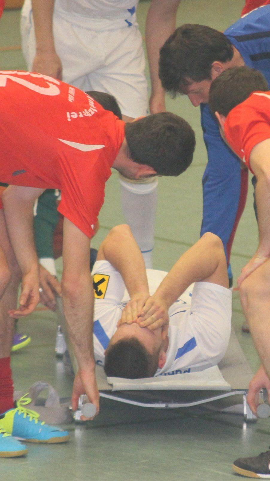 FC Bremenmahd-Kicker Timo Maderthaner wurde mit einer schweren Schulterverletzung ins Spital gebracht.