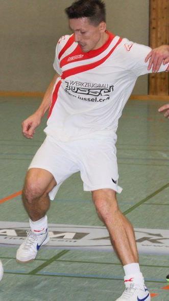 Duell von zwei Stars beim Masters: Satteins-Gastspieler Djordjevic und Alberschwende-Kicker Harald Dürr.