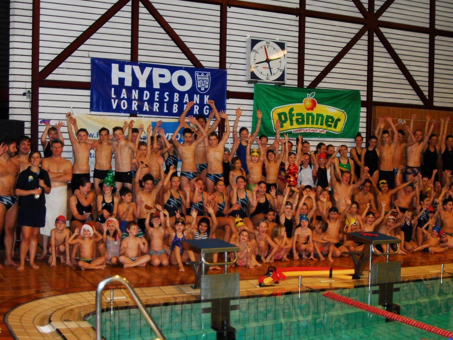 Begeisterte Teilnehmer beim Bregenzer Adventschwimmen