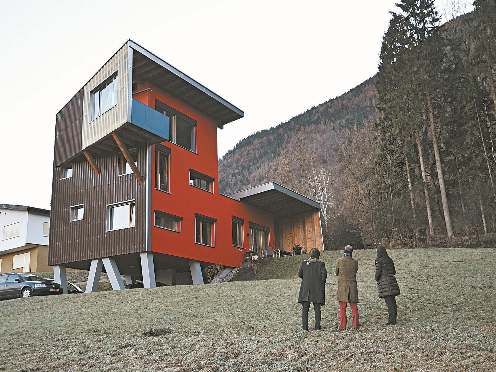 Ein Wohnraum zu ebener Erde, beschützt von der kräftigen Geste des auskragenden Daches.