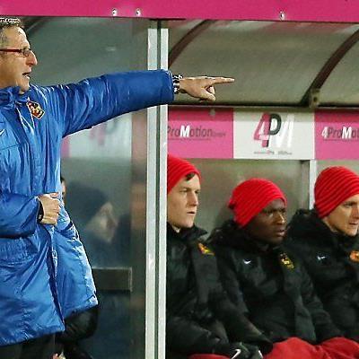 Trainer Walter Knaller vor der Admira-Bank